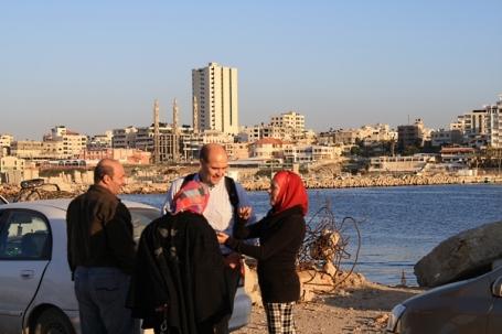 Maher Issa, Ulf Carmesund, Anna Ardin och Fatma Shurafa i Gazas hamn