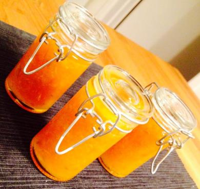 tre burkar hemgjord citrusmarmelad