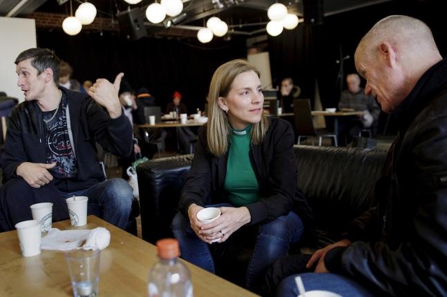 Jag sitter på café i gemenskap i Söderhöjdskyrkan, dricker kaffe och pratar med Robban. I bakgrunden syns andra besökare.
